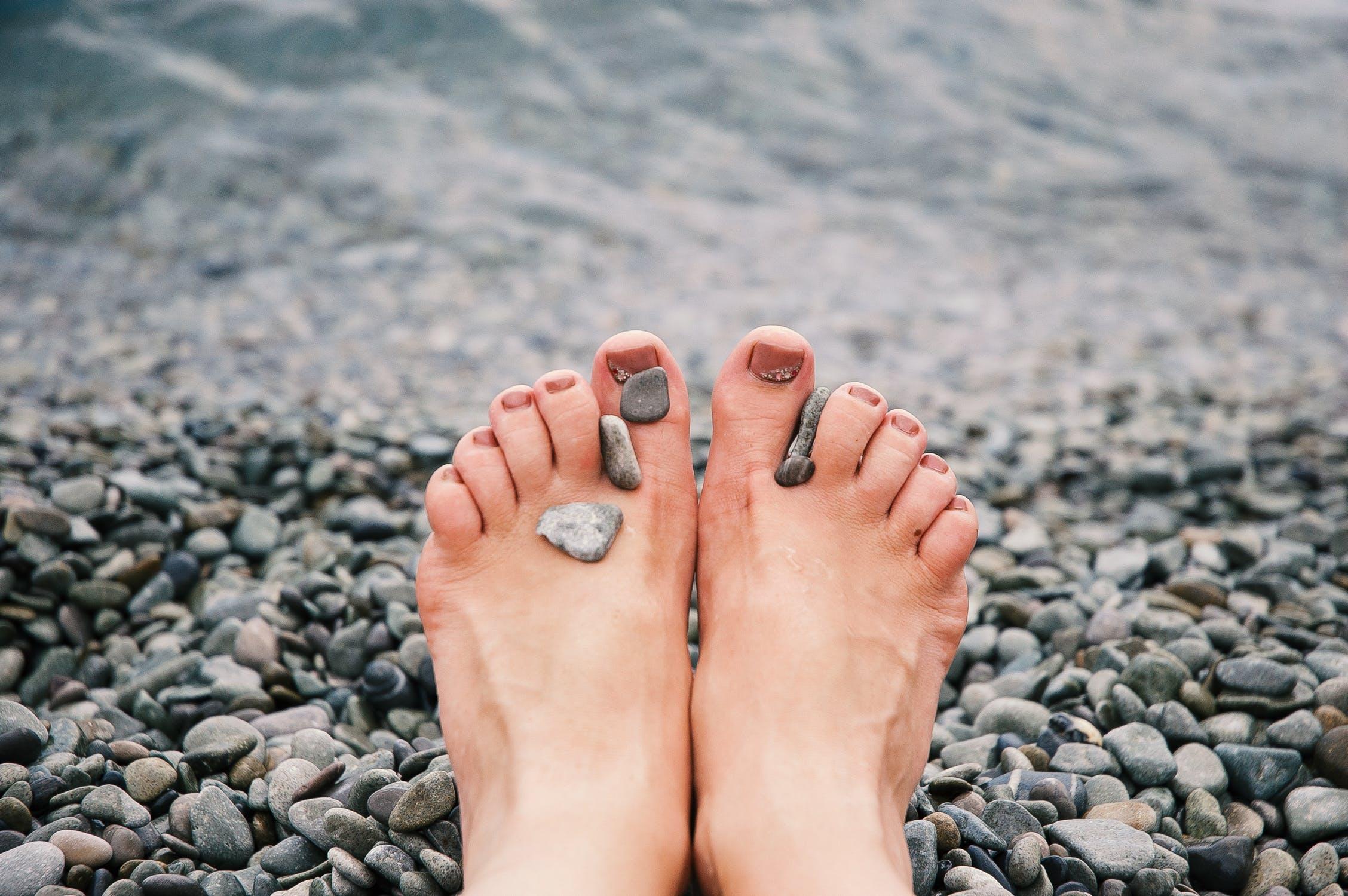 05577050 1) De fleste sko fungerer som en krykke for føttene; en tykk såle gir alt  for mye demping, og føttene får ikke kontakt med underlaget.